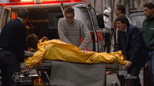 Rob Scholte is nog steeds bij bewustzijn als hij naar de ambulance wordt vervoerd na de aanslag (foto YouTube)