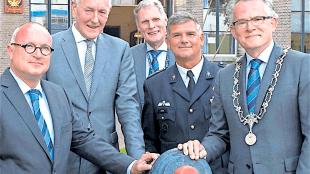 Sail voorzitter Van der Burg, commissaris van de Koning Remkes, Sail directeur Van den Broek, Commandant Zeestrijdkrachten Verkerk en burgemeester Schuiling (detail, foto Ab Blauw)