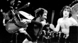 The Who's Pete Townshend smashing his guitar (foto Dadarockt)