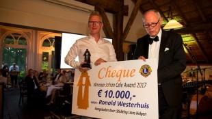 Tijdens het gala in De Agnietenberg werd de Johan Cele Award uitgereikt aan Ronald Westerhuis, die een cheque van 10.000 euro in ontvangst mocht nemen uit handen van Rolf Olland (foto Freddy Schinkel)