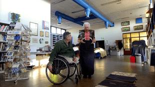 Hendrikje vertelt over de kraplappen aan Rob Scholte in zijn studio te Den Helder (foto Het Wilde Oog)