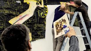 In 2012 gaf kunstenaar Rob Scholte de medewerkers van het Centraal Museum instructies bij het ophangen van Rom 87 (foto Rijksdienst voor het Cultureel Erfgoed)