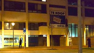 'Verkocht' hangt er sinds vrijdagavond negen uur aan de muur van het postkantoor, kunstenaar Rob Scholte stelt dat hij het heeft gekocht, de gemeente vindt van niet (foto HMC)