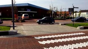 De door Zeestad vernieuwde stadsentree van Den Helder, links station, midden verdwenen muurtje, rechts Rob Scholte Museum (foto NHD)