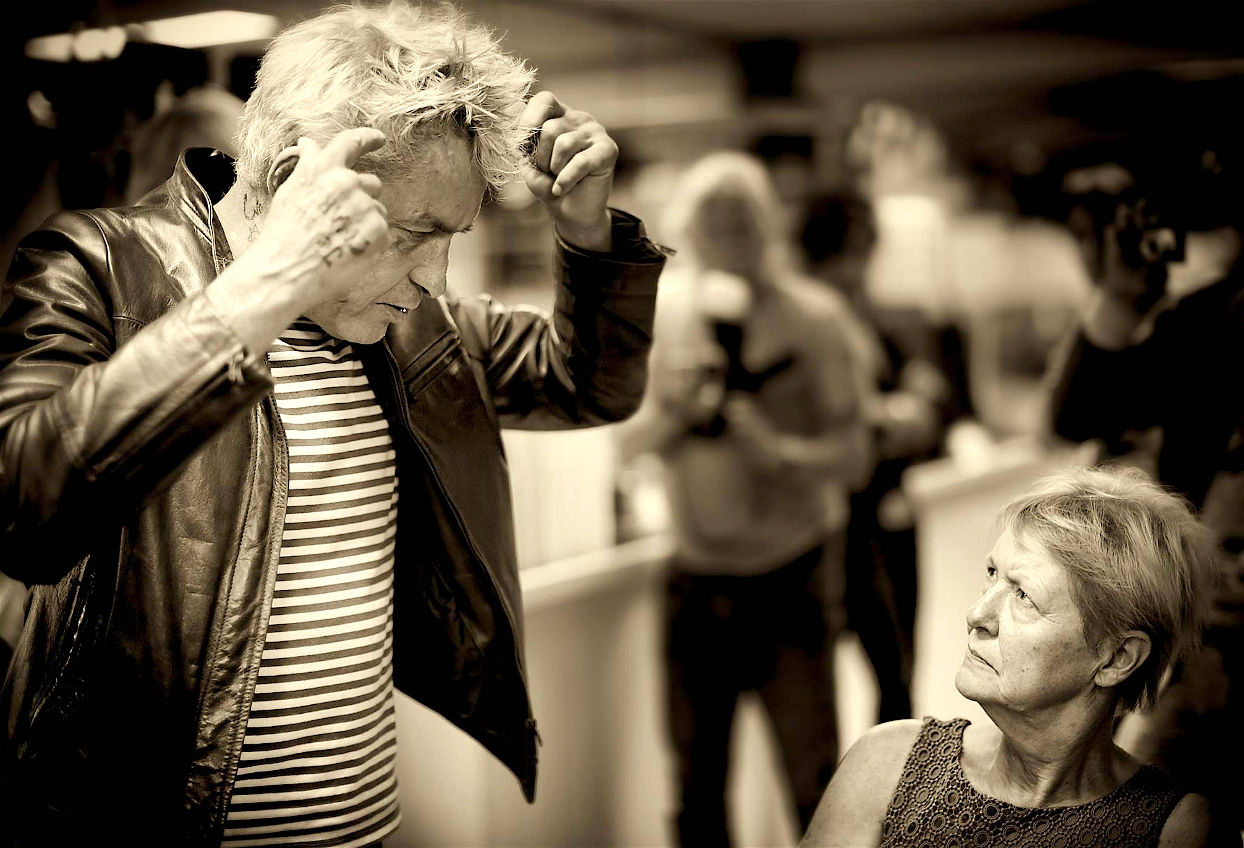 Fotograaf Paul Blanca met voormalig wethouder Linda Rose Smit (foto Kenneth Stamp)
