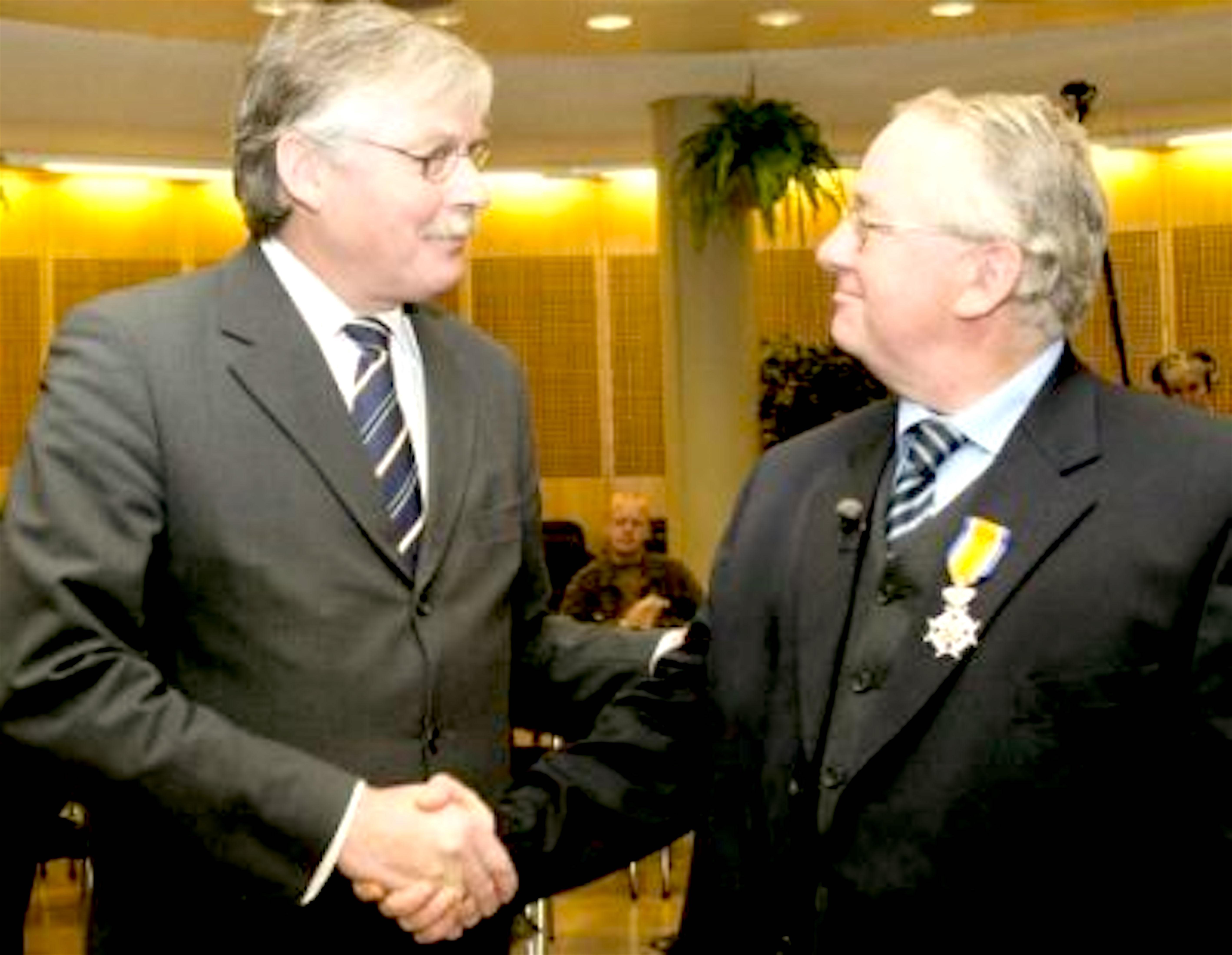 In 2003 ontving Spijkers een lintje van staatssecretaris Van der Knaap (foto CANON Maatschappelijk Werk Nederlands)