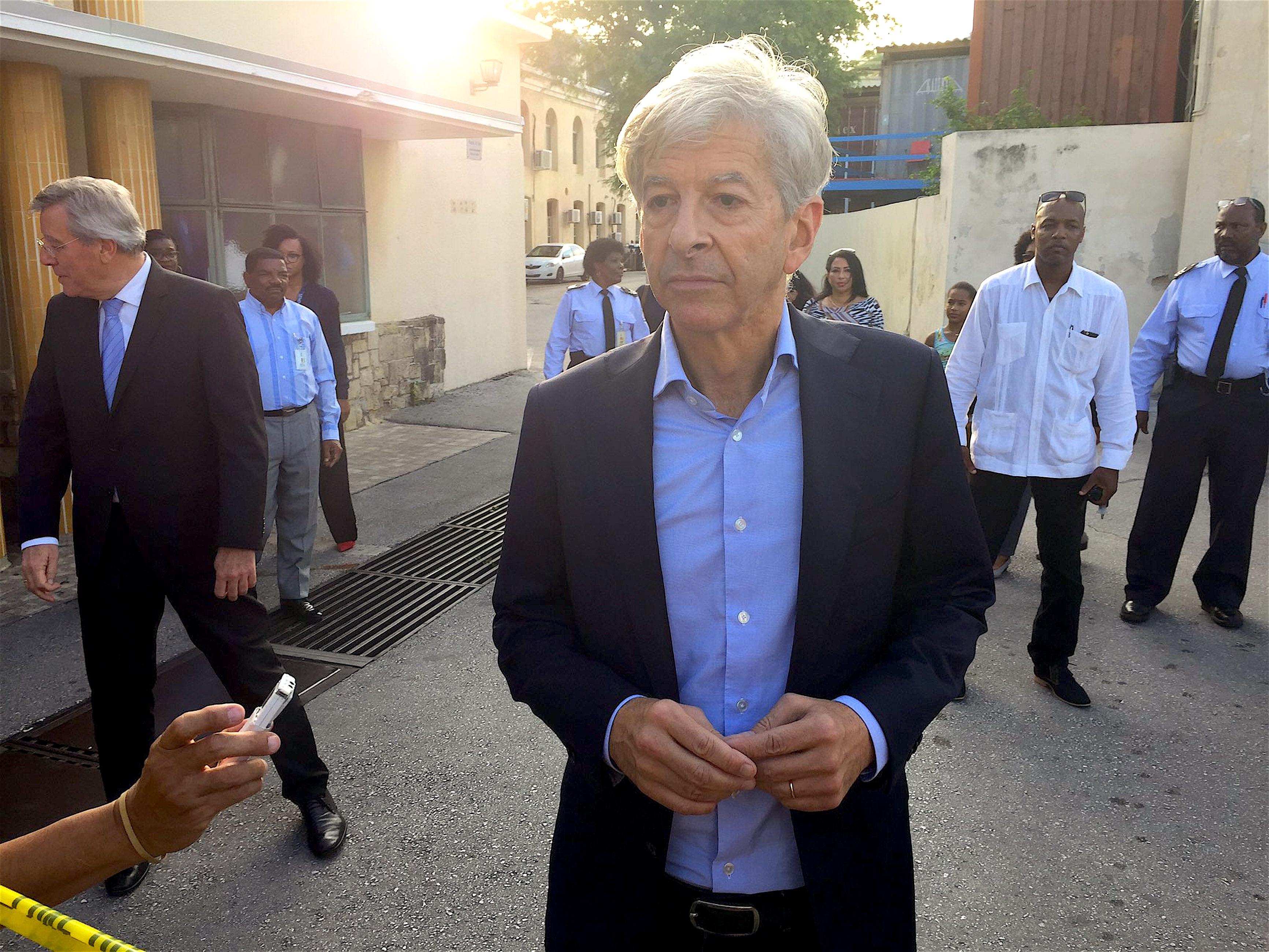 Minister Plasterk op Curaçao (foto Jorn Jonker/Twitter)
