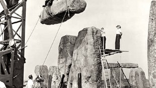 Stonehenge being re-erected 1958 (foto YouTube)