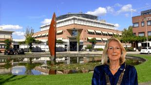 Burgemeester Francisca Ravestein bij het gemeentehuis van Pijnacker-Nootdorp met de sculptuur Kroontjespen van Ruud van de Wint (foto Pijnacker-Nootdorp.TV)