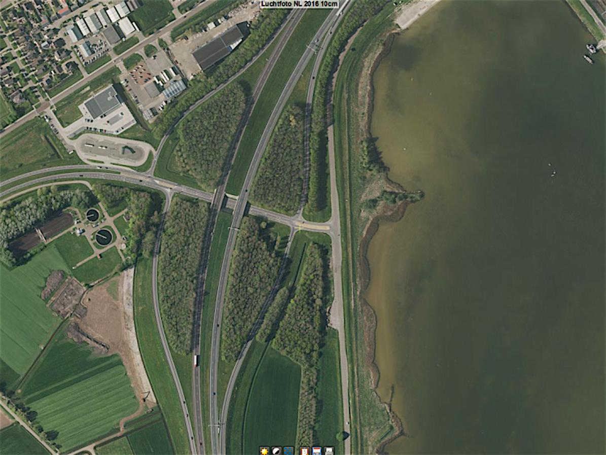 Bomen bij de afslag van de A7 richting Den Oever, die voor zonnepanelen zouden moeten worden gekapt (foto Cyclomedia)