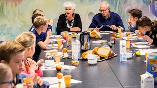 Burgemeester Hafkamp, wethouder en kinderen van basisschool Sint Jozef tijdens het Nationaal Schoolontbijt (foto Rodi)
