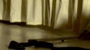 De afgeworpen stropdas van Prins Claus, de slang om zijn nek (foto YouTube)
