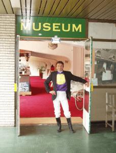 """Hoog Bezoek"""" in NDR Museum, bij de Derby der Volbloeds 2008 staat de internationale topjockey Adrie de Vries bij ingang (Archief NDR)"""