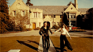 Hugh Hefner with company in front of the Playboy Mansion (foto Playboy)