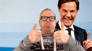 Jan Roos met backdrop van Mark Rutte (foto La Vie Jan Roos)