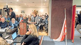 Met achter haar een Bergense vlag halfstok beantwoordt wethouder Odile Rasch de vragen (foto Jan de Jong/JJFoto)