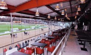 Naast de perstribune een groot restaurant met twee niveaus (Archief NDR)