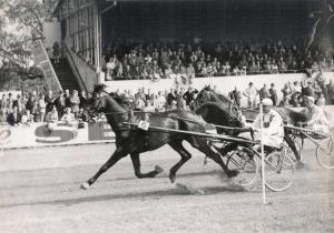 Narciso van Zora (J. Wagenaar sr.) houdt Larus S. achter zich, 1951 (foto Archief NDR)