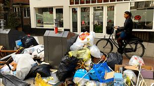 Berg afval op de Admiraal de Ruijterweg te Amsterdam (foto Richard Mooyman/De Westkrant)