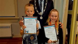 Burgemeester Koen Schuiling met twee kinderen (foto RKBS De Windwijzer/Twitter)