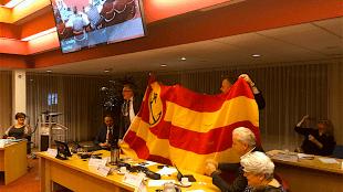 Burgemeester Schuiling heeft Helderse vlag bij zich voor in de raadzaal (foto Edwin Krijns/Twitter)