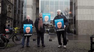 Drie voormalig gevangenisdirecteuren demonstreren bij de Tweede Kamer voor vrijlating van de levenslang gestrafte Huseyin Baybasin (foto Bart Molenkamp)