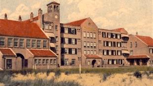Het voormalige Strandhotel Nassau te Bergen, NH, inmidels herbouwd (foto Hotel-R)