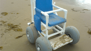 Jutter beach wheelchair (foto Accessible Travel Netherlands)