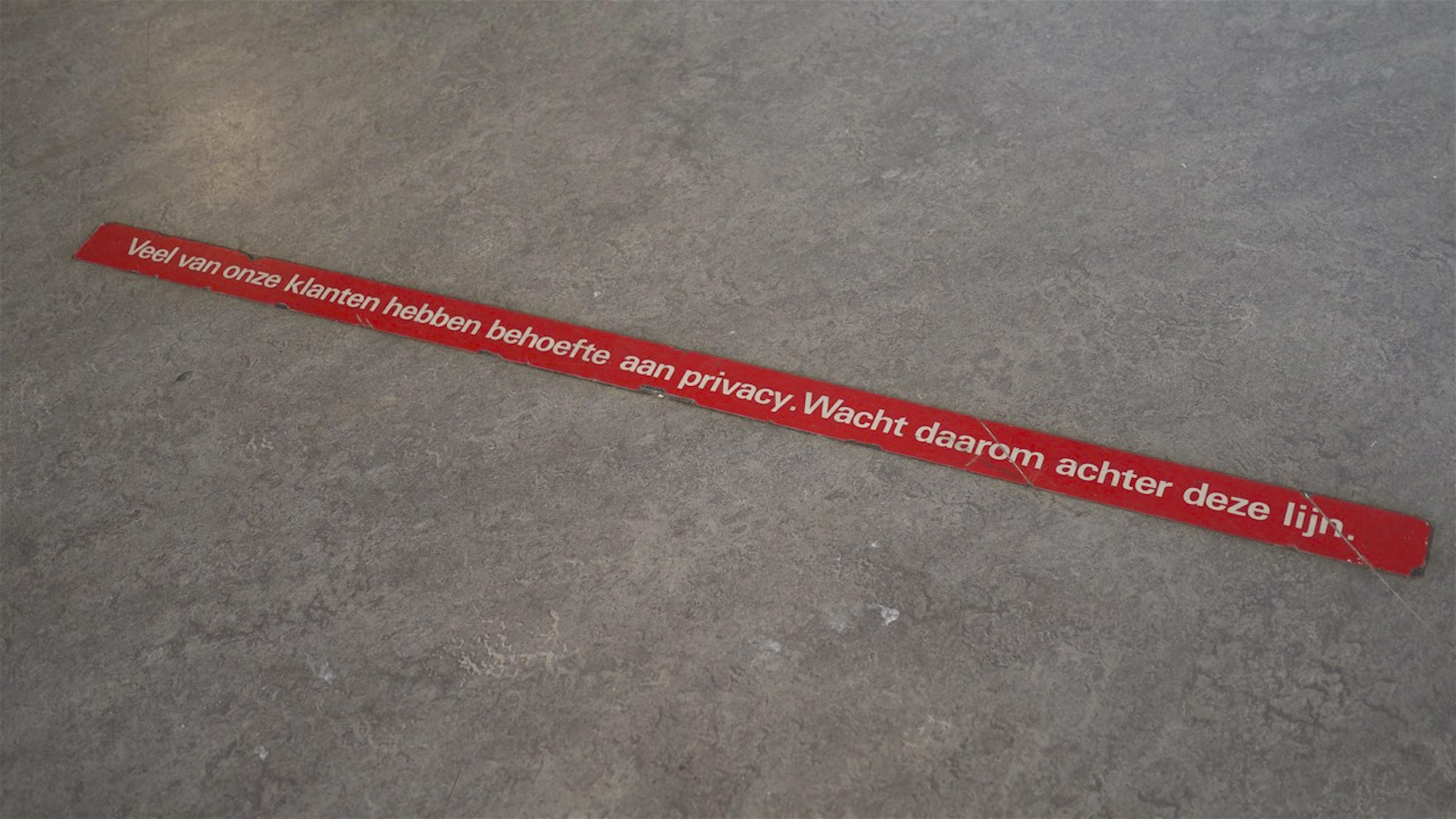 Veel van onze klanten hebben behoefte aan privacy. Wacht daarom achter deze lijn (foto Staf RSMuseum)