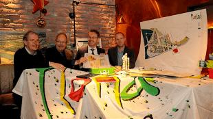Voorzitter HGOS Bert van Eken, landschapsarchitect Michiel den Ruijter, wethouder Robin Paalvast en gemeente archivaris Leonard Korevaar (foto Jan van Es)