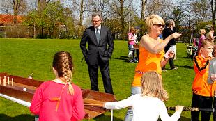 Burgemeester Schuiling kwam tijdens de Koninginnedagfestiviteiten ook even langs in Julianadorp (foto Julianadorp-Parelvandekop)