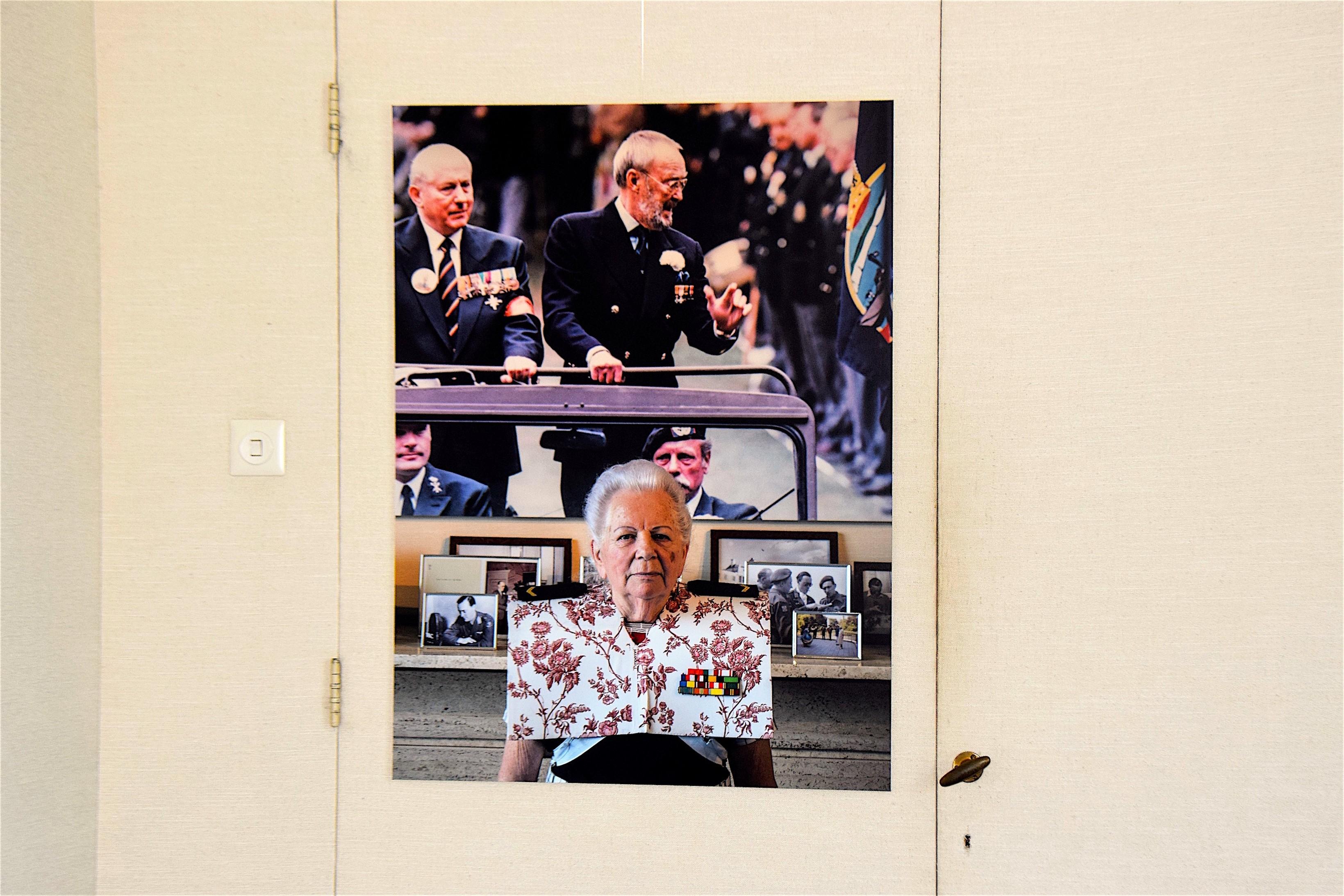 Foto van Hendrikje met de kraplap van Rob Scholte hangt in de ontzielde kamer van Prins Bernhard op Paleis Soestdijk (foto Het Wilde Oog)