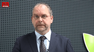 Voormalig wethouder, nu wederom raadslid VVD in Holland Kroon Theo Meskers (foto YouTube)