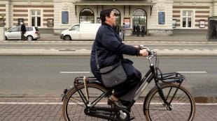Beatrix Ruf op de fiets in Amsterdam (foto petities.nl)