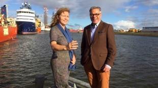Jacoba Bolderheij en Kees Turnhout op één van de vingerpieren voor de visserij in het havengebied (foto Twitter)