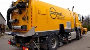 Veegmachine en wegdek reiniger van P.C. van der Wiel B.V. (foto Truckfan)