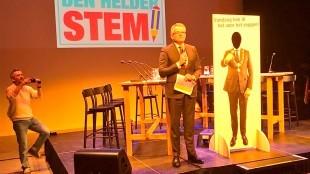 Burgemeester Schuiling opent de verkiezingsavond in Den Helder (foto Robert Reus/Twitter)
