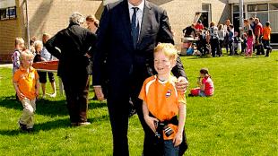 Even met de burgemeester op de foto..., dat is stoer...!!! (foto Julianadorp-Parelvandekop)