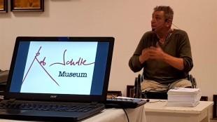 Kunstenaar Rob Scholte woensdagavond tijdens de persconferentie in zijn museum (foto Delano Weltevreden)