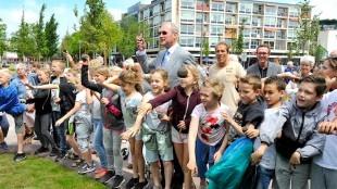 Leerlingen van De Windwijzer openen samen met wethouder Lolke Kuipers het stationsplein door zaadbommen te gooien richting Rob Scholte Museum (foto George Stoekenbroek)