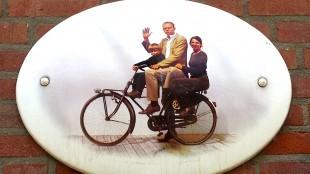 Overleden F. Starik met gezin op fietsbordje Westerpark (foto Esther van der Meer/Twitter)