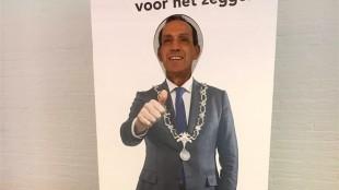 Reclame voor Koen Schuiling in alle stembureau's van Den Helder (foto DHA)