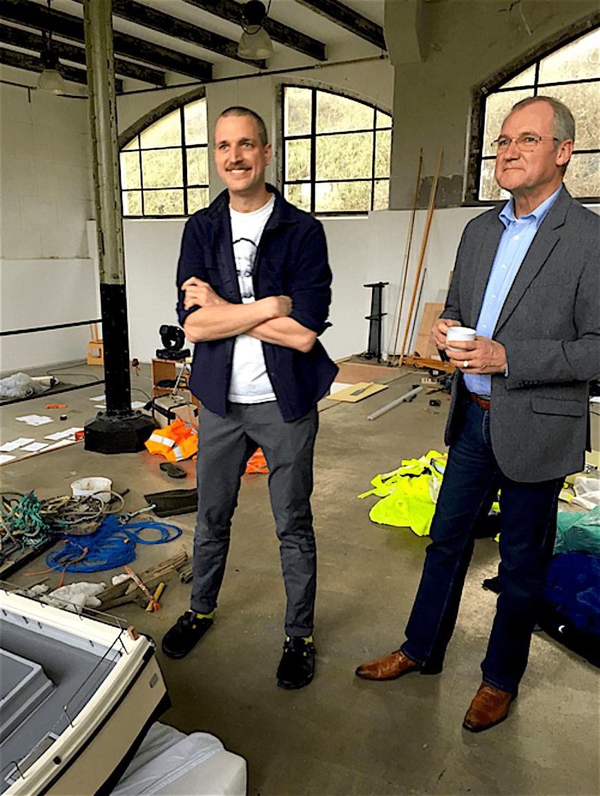 Vastgoed wethouder en projectontwikkelaar Lolke Kuipers op atelierbezoek bij het Mondriaanfonds in het gastatelier Pompgebouw (foto Robert Reus/Twitter)