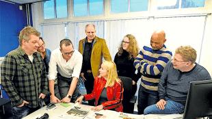 Ybeltje Berckmous (midden met rood jasje) bespreekt haar ideeën met redacteuren van het Noordhollands Dagblad (foto George Stoekenbroek)