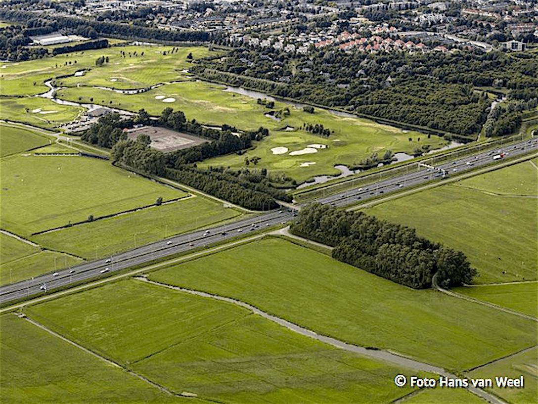 De plek in Heiloo, waar de afslag moet komen, links boven de golfbaan, ten oosten van de A9 de gebieden, waar veel weidevogels voorkomen (foto Hans van Weel)