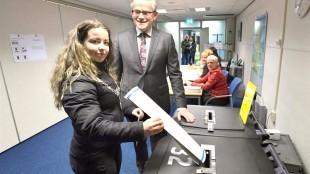 Djamilla Nak brengt haar stem uit, gadegeslagen door burgemeester Koen Schuiling (foto George Stoekenbroek)