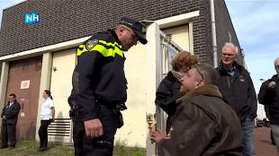 Politie sommeert Scholte 200 meter afstand te houden van het Rob Scholte Museum (foto NH)