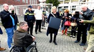Rob & Lijsje worden door een politiemacht ontruimd (foto George Stoekenbroek)
