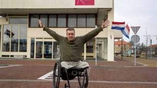 Rob Scholte moet zijn atelier in het voormalig postkantoor aan de Middenweg in Den Helder verlaten, maar dat is hij niet van plan (foto Michel van Bergen)