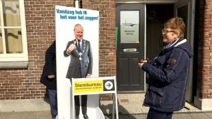 VVD lijsttrekker Kees Visser is de eerste, die zijn hoofd in Huisduinen door het bord steekt (foto Bo-Anne van Egmond)